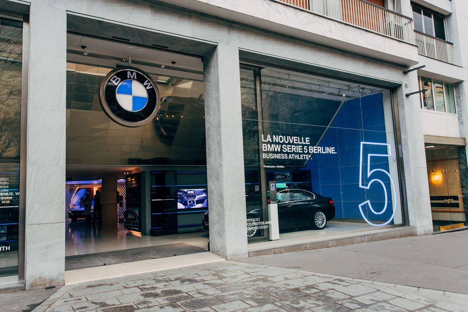 Brand Store BMW George V   Vitrine BMW SeÃÅrie 5 2017 12 1080