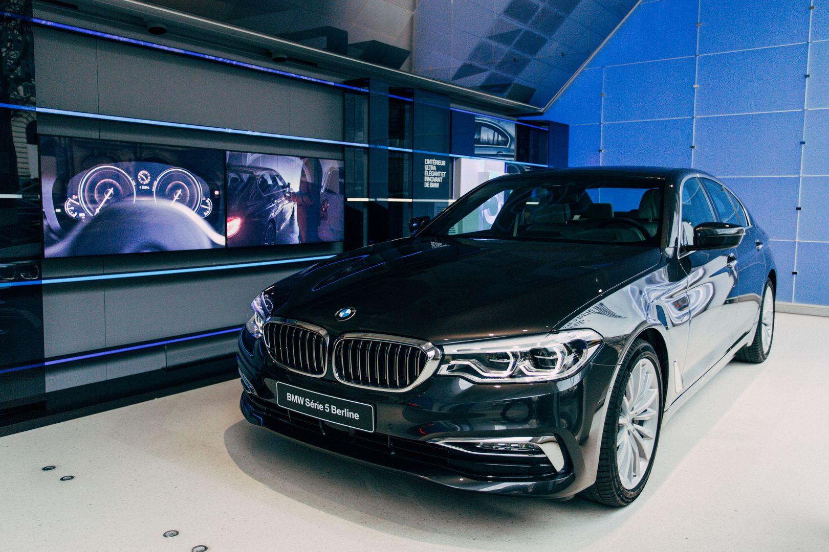 Brand Store BMW George V   Vitrine BMW SeÃÅrie 5 2017 14 1080